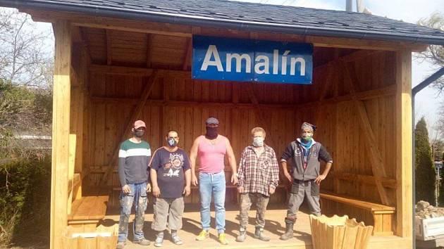 Stavební firma Caisbergerových dodala materiál i řemeslníky. Vybudovala zastávku Amalín podle historických plánů jako sponzorský dar.