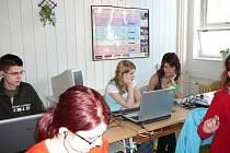 Aneta Kaperová a Iveta Kolarovčeková (na snímku vzadu vpravo) soutěžily ve psaní na mistrovství republiky.