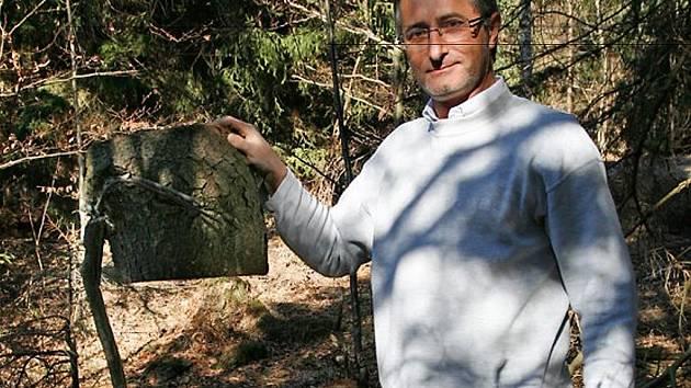 Roman Masny na podzim v lese našel smrk  se zarostlými vidlemi, kterým se říká kopáč.  Strom porazil, a část kmene s vidlemi zanechal  u pařezu jako bezcenné dřevo. Teprve když se  dozvěděl o lichnovském muzeu vidlí, uvědomil  si, že taková rarita se najd