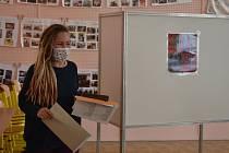 Michaela Kosařová se zřejmě stala poslední krnovskou voličkou, protože vhodila lístek do urny v poslední minutě voleb.