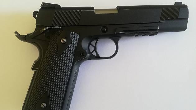 Airsoftová pistole, se kterou maskovaný muž přepadl restauraci v Břidličné. Odnesl si 110 korun. Jeho komplic hlídal venku.