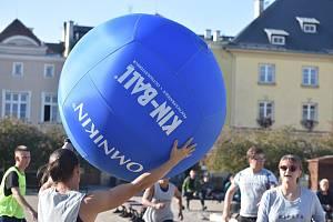 Bruntálským náměstím létal obří balon. Hráči z Česka, Portugalska, Španělska, Bulharska, Itálie a Polska místním ukázali, jak se hraje Kin ball.