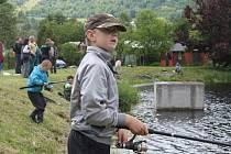 Vrbenské biorybníčky za bývalými sklárnami ve Vrbně pod Pradědem byly v obležení dětí, které se utkaly v rybolovu o letošní Zlatou udici.