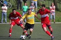 Zdeněk Látal (ve žlutém) ovládl první poločas. Mohl dát klidně tři góly.