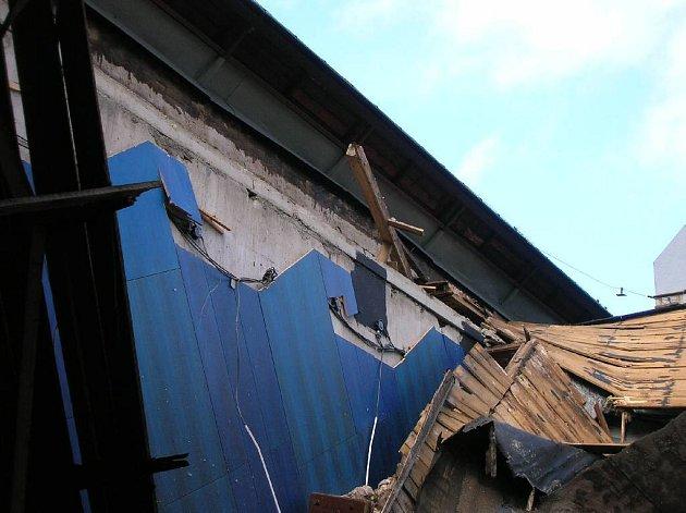 Zřícená střecha bruntálského kina.