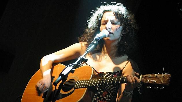 Písničkářka Karolína Kamberská vystoupí v sobotu v krnovské čajovně Ninive na vernisáži fotografií Barvy čtyř kontinentů.