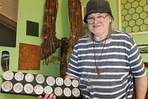 Šestnáct indiánů, tak představuje Oldřich Balán své dílko v bruntálském ateliéru. Dal si záležet, aby byla pocta Andy Warholovi co nejdůstojnější.