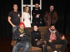 Členové divadelního souboru Záplata, nahoře zleva: Mirek Burda, Lucie Machalová, Adam Doležel, Ladislav Gurecký. Dole zleva: Jan Toman, Blanka Schovajsová a Filip Kapler.