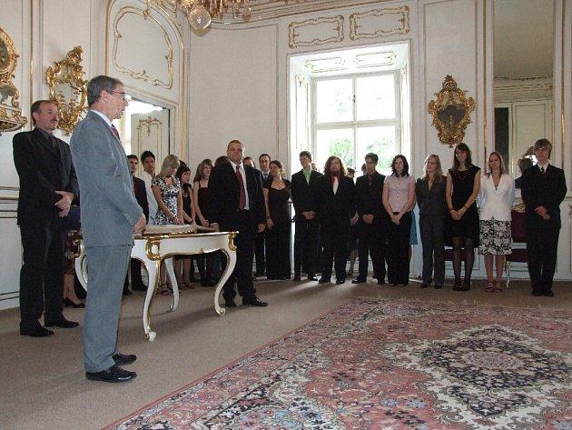 Zástupci města a pedagogové se zúčastnili vyřazení letošních maturantů Základní školy a Městského osmiletého gymnázia Bruntál na zámku.
