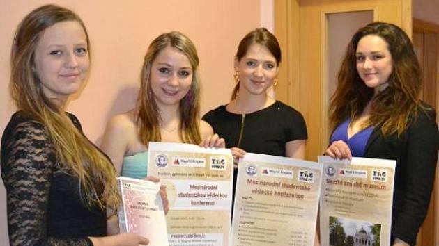 Studentky před komisí projekt obhájily.