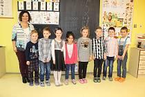 Prvňáčci ze Základní školy Holčovice se svou třídní učitelkou Martinou Tesařovou.