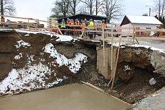 Krnovští zastupitelé si minulý týden prohlédli, jak pokračuje rekonstrukce koupaliště.