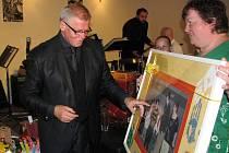 Dárek k pětašedesátinám darovalakráli swingu na jeho farmě v Žernovníku na Blanensku za klub Klubíčko Alena Kiedroňová.