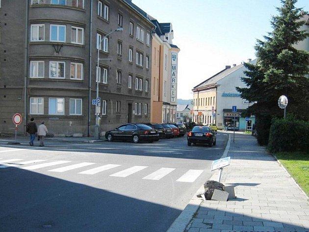 Vyvrácená značka ležela nad lékárnou na ulici Eduarda Beneše. Městští policisté na ni narazili v sobotu odpoledne.