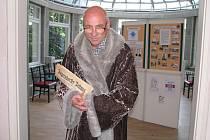 Theodor Flemmich přivítal zahraniční návštěvníky s rozečtenými prvorepublikovými novinami Jägerndorfer Zeitung. Vlastimil Štverák byl ve své roli tak přesvědčivý, že jej někteří hosté považovali za skutečného továrníka a majitele honosné vily.