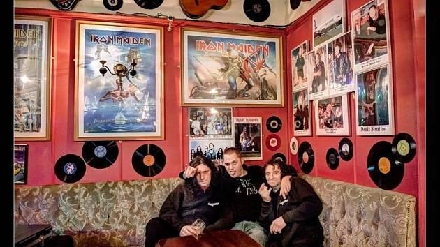 Iron Maiden a jeho historie je zaznamenána na zdech londýnského klubu Cart & Horses, v němž si zahráli i The Pant z Břidličné.