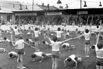 Cvičenci spartakiády na stadionu v Horním Benešově v roce 1980.