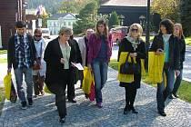 Zástupkyně ruských cestovních kanceláří si pochvalovaly v Karlově Studánce čistý vzduch, procházka rekreační obcí je skvěle osvěžila.