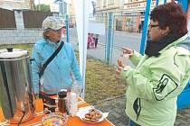 Koblihy a čaj nabízeli uživatelé Armády spásy Krnov návštěvníkům, kteří ve čtvrtek zavítali na tradiční Den otevřených dveří.