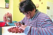 Krnovská výtvarnice Hela Nejedlá vyrazila ve čtvrtek na národní abilympiádu do Pardubic. Ve své tvorbě se věnuje malbě na sklo, na kamínky či hedvábí a keramiku.