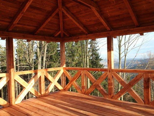 Nové pohledy do okolí nabízí celodřevěná rozhledna, vyhlídková plošina na Zámeckém vrchu nad Ludvíkovem.