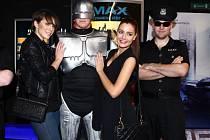 Premiéra filmu Robocop přilákala modelku Andreu Kabickou (vlevo) a Miss 2012 Terezu Chlebovskou z Krnova. Robocop právě dnes hraje krnovské kino Mír a bude ho mít na programu až do středy. Příští týden uvede Robocopa také bruntálské kino Centum.