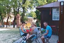 Možnost posezení na faře v Úvalně, uvnitř nebo venku na dvorku, vítají místní i návštěvníci, kteří tudy jen projíždějí, ať už na kole nebo autem.