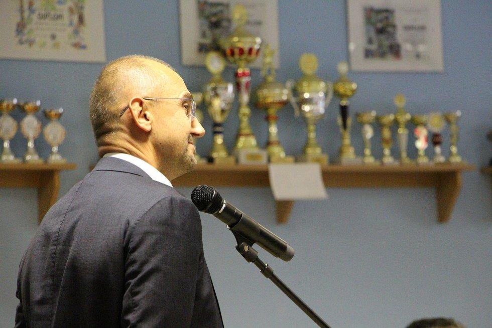 Předseda představenstva Evropského distribučního centra EDC Dalibor Tesař v minulém volebním období jednal s krnovskými zastupiteli o zápachu z asfaltu. Hnutí ANO v říjnovém memorandu slíbilo řešit téma asfalt hned po volbách, ale prý to časově nestíhá.