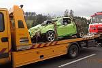 Řidič svůj Opel Tigra  v barvě rosničky zaparkoval do rybníka. Hasiči obdivovali, jak rafinovaně se podařilo sladit havarovaný vůz s rákosím a vodním prostředím.