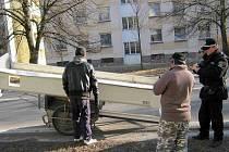 Ledničku neukradla dvojice s vozíčkem, kterou kontrolovali strážníci 8. března při jízdě od obchodního domu Billa.