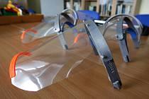Výroba ochranných štítů na 3D tiskárně. Ilustrační foto.