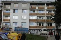 Po půlroce stavební firma na bytovém domě v Krejčího ulici ve Vrbně pod Pradědem už finišuje s opravami.