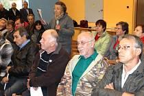 Marie Daňková z Nových Heřminov (s mikrofonem) vyčítala starostovi Radkovi Sijkovi (vpravo) při jednání odmítavý postoj k výstavbě přehrady. Sama je příznivkyní velké varianty přehrady.