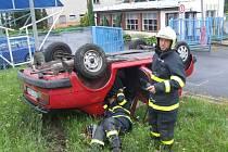 Nezkušený řidič převrátil vůz na střechu.