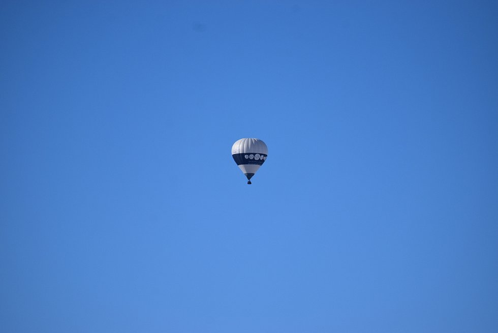 Na Pradědu byl mráz patnáct stupňů pod nulou, když se Deník vydal zkontrolovat hustotu leteckého provozu. Během hodiny se na nebi objevilo pět horkovzdušných balonů,  paraglidista, vrtulník i letouny Cessna a Zlín.