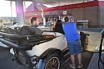 Auto poslance Michala Ratiborského na benzínce rozhodně nepřehlédnete. Je z roku 1917. O víkendu vyrazil se svým Maxwellem na Vrbenský vrch a pak se při návratu v Krnově zastavil dotakovat nádrž.