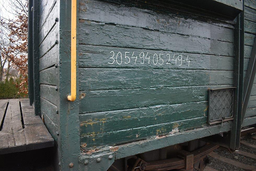Úvalno získalo a opravilo historickou zastávku. Na obecním nádraží nesmí chybět ani obecní vagon. Říká se mu hytlák, protože železničářům připomíná pojízdnou chatu na kolejích. .