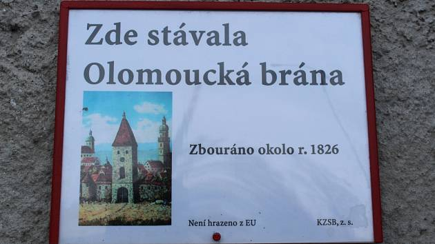 Bruntálské středověké městské brány připomínají informační cedule. Vyobrazení Olomoucké brány se našlo až v muzeu německém Meningenu. Foto: