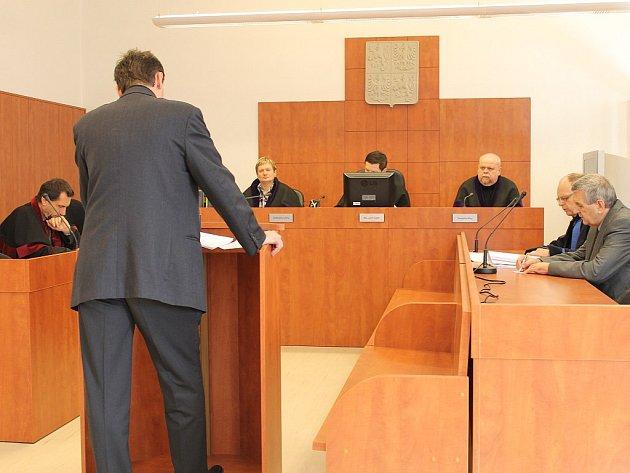 Přes tvrzení některých svědků při soudní dohře loňské smrtelné nehody motorkáře v Krnově přijeli záchranáři včas. Jediným, kdo pochybil, je řidič Milan Š. z Ostravy Poruby.