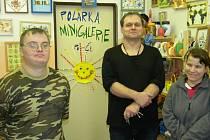 Terapeut Oldřich Menzel se dvěma ze svých svěřenců v minigalerii a krámku sociálně terapeutické dílny Polárka.