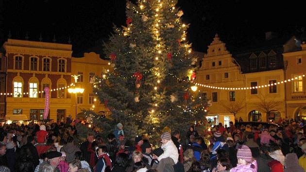 Stovky lidí se přišly podívat na slavnostní rozsvícení vánočního stromu na bruntálském náměstí. V týdnu od 12. do 19. prosince se pod vánočním stromem mohou bavit diváci při kulturních vystoupeních. Začátek každého vystoupení bude vždy v 16.00 hodin.