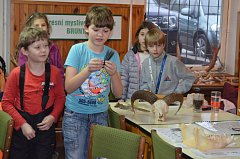 Mladí přírodovědci z Břidličné na přednášce ve výukové místnosti pro děti na Okresním mysliveckém spolku v Bruntále.