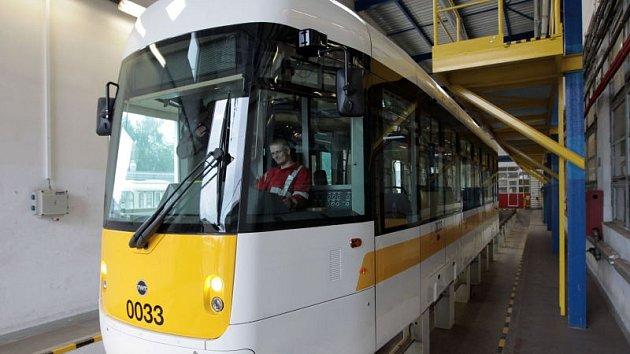 Prototyp krnovské tramvaje byl po testech v Praze oficiálně představen v červnu 2015 v Ostravě.