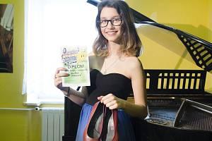 Eliška Marková si svůj diplom v soutěži Little Star zasloužila písní z repertoáru Tiny Turner Simply the best. Kromě zpěvu musela zvládnout i své první boty na podpatcích. A samozřejmě i pohyb a temperament, které k této písni patří.