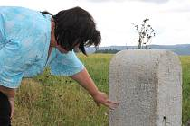 Hraniční kámen už je opět na svém místě mezi Širokou Nivou a Krasovem. Vlastně už jen pouze jeho replika. Originál skončil kvůli silničářům ve Vikýřovicích na Šumpersku.
