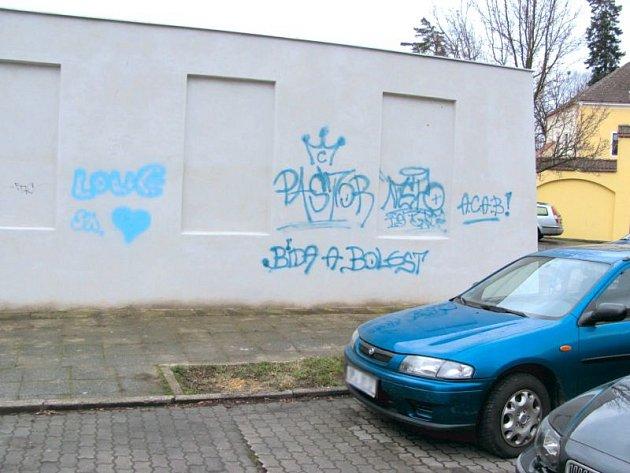 Městská stěna na Mlynářské ulici v Krnově je určena pro legální malování graffiti. Až na pár primitivních čmáranic je i po měsíci téměř čistá. Není to náhoda, ale forma protestu místních sprejerů, kteří s výsledkem nejsou spokojeni.