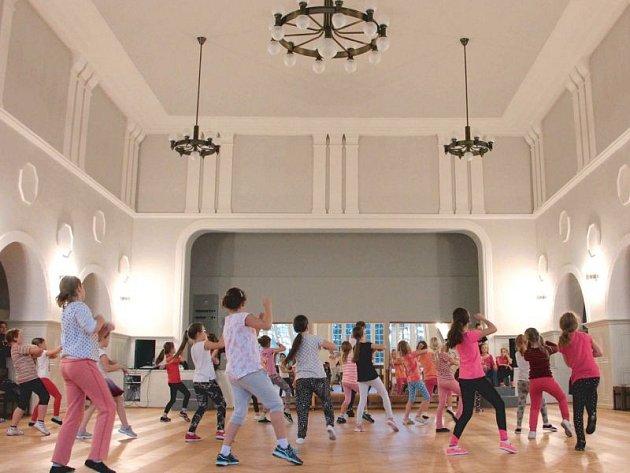 Sál Střeleckého domu po rekonstrukci už zase využívají tanečníci. Změnila se jeho barevnost a přibyly dobové lustry. Na snímku dole je původní podoba sálu.