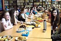Noc s Andersenem krnovští žáci ze Základní školy v Žižkově ulici spojili s oslavou narozenin Zdeňka Svěráka, gastronomickou soutěží, promítáním filmu a divadelním představením.