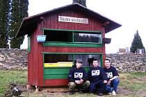 Začínající včelaři (zleva) Lukáš Kubacký, Daniel Bohačík a Jaromír Knotek přemístili prastarý včelín z lesa na pozemek do centra Janova. Po celkové rekonstrukci doplnili také veškeré vybavení úlů.