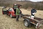 Znalec starých odrůd Radim Lokoč byl díky pomocníkům s roubováním brzy hotový.